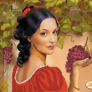 Una signorina con un grappolo di uva