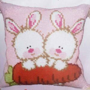 """""""Coniglietti con carota"""". Kit-ricamo per cuscino"""