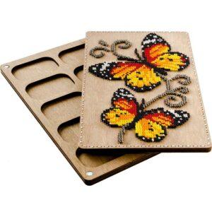 """""""Le farfalle"""". Kit-Contenitore di legno ricamo a perline"""